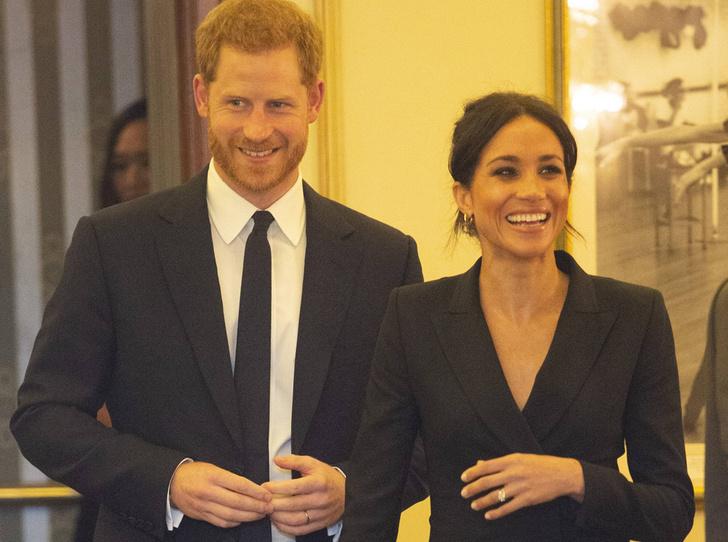 Фото №2 - Новый выход: Меган Маркл (в мини) и принц Гарри посетили рэп-мюзикл