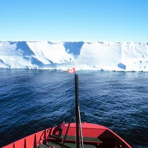 Фото №1 - Круизный лайнер столкнулся с айсбергом