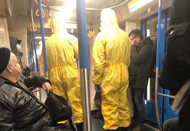 Фото №1 - «Были в защитных масках и кашляли». Пранкеры устроили в московском метро розыгрыш по мотивам коронавируса