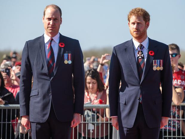 Фото №1 - Почему Королева решила «разделить» Уильяма и Гарри на похоронах принца Филиппа