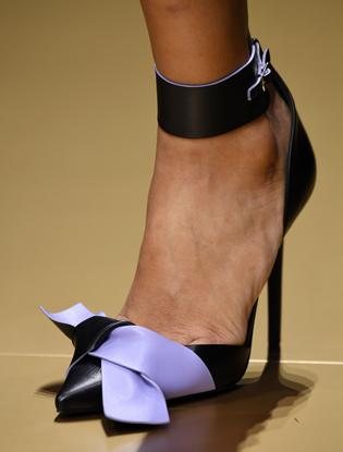 Фото №20 - Плащи Haute Couture и туфли с бантами на парижском показе Versace