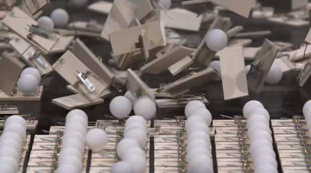 Фото №1 - Видео, объясняющее на примере шариков для пинг-понга и мышеловок, почему нужно соблюдать дистанцию во время эпидемии