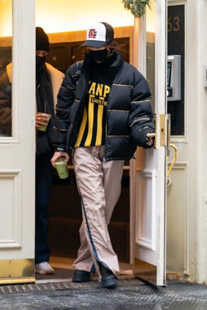 Фото №2 - Полоска, полоска и еще раз полоска: вертикальная на свитере и брюках, горизонтальная— на пуховике Беллы Хадид