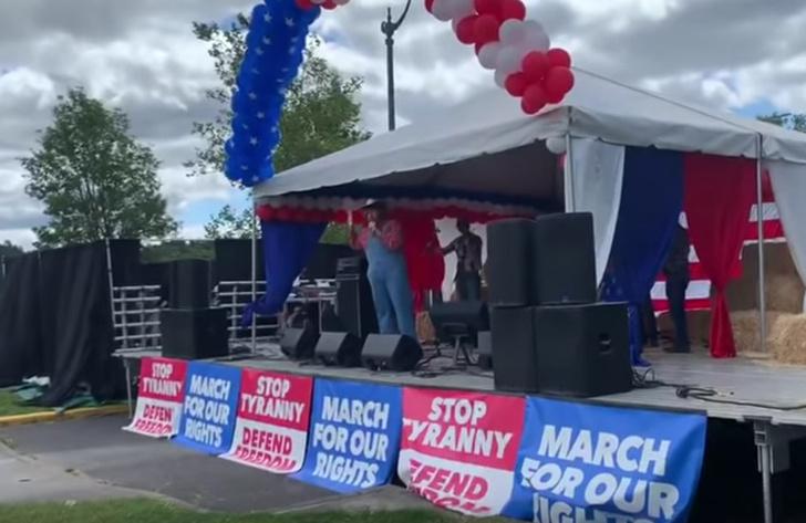 Фото №1 - Саша Барон Коэн пробрался на митинг консерваторов и спел там расистскую песню (видео)