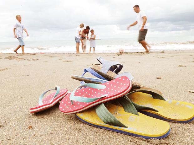 Фото №1 - Чем опасны шлепанцы, и какой должна быть летняя обувь