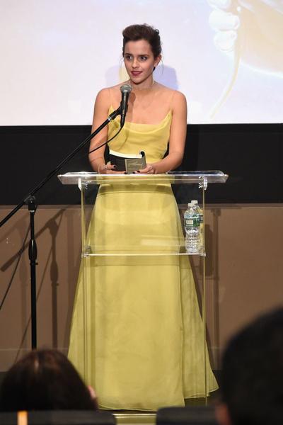Фото №1 - Эмма Уотсон в платье Белль в Нью-Йорке: это надо видеть!