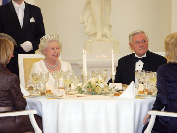 Фото №3 - Сколько человек могут сидеть за обеденным столом с Королевой (и почему)