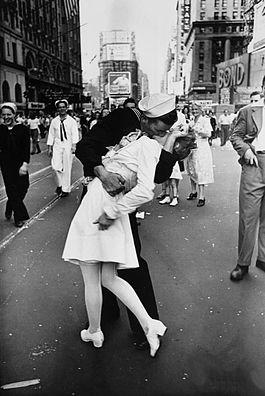 Фото №1 - Поцелуй на Таймс-сквер как символ окончания войны: история одного фото