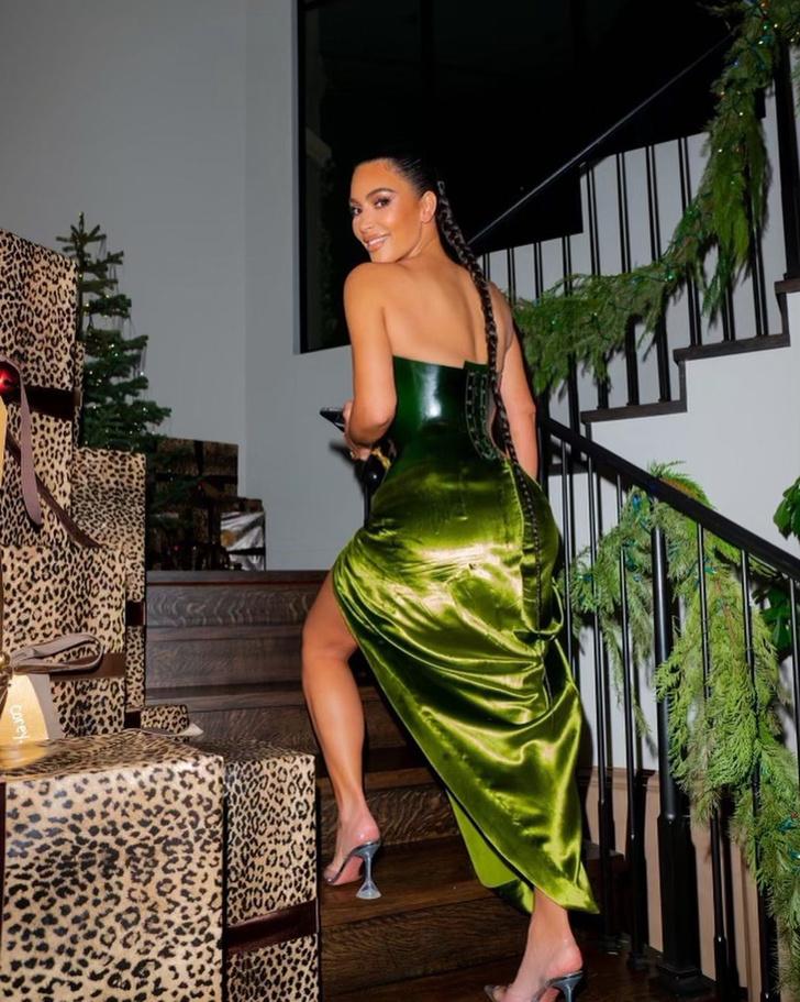 Фото №2 - Ким— похититель Рождества: Ким Кардашьян выбрала для праздничной вечеринки очень необычный образ
