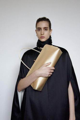 Фото №1 - Накидки в виде пуховых одеял как напоминание о карантине: Jil Sander Resort 2021