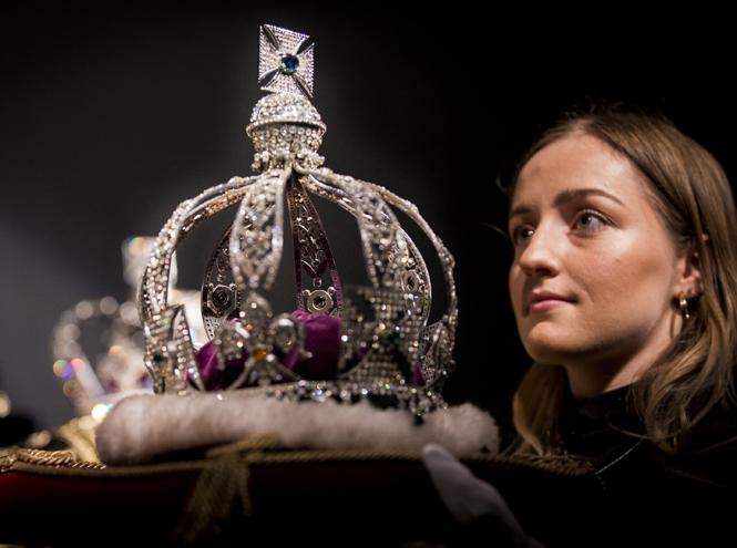 Фото №5 - Елизавета II снова демонстрирует чувство юмора и невозмутимость