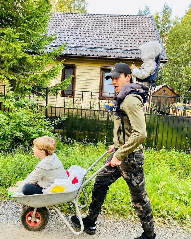 Фото №2 - Редкое фото: внуки Боярского очаровали Сеть