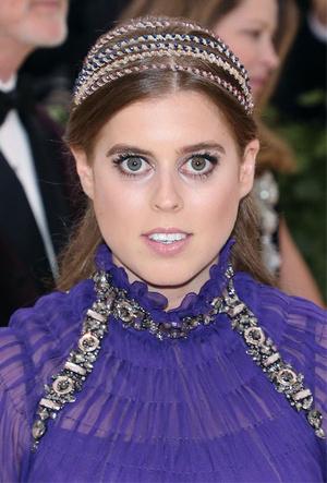 Фото №16 - Как королевские модницы носят широкие ободки (и где искать похожие)
