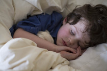 Почему ребенок скрипит зубами во сне: 6 причин