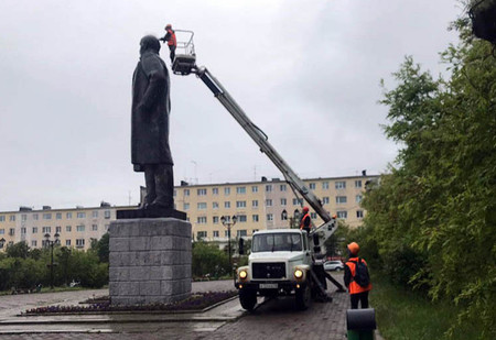 В Магадане на памятник Ленину установили шипы для отпугивания птиц и он стал похож на панка (фото)