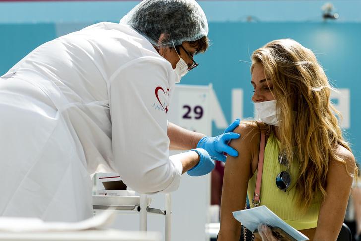 Фото №2 - Правда ли, что богатые россияне вакцинируются ради ресторанов, а бедные— ради работы
