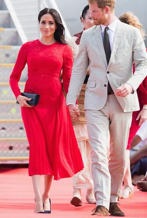 Фото №24 - Выездной гардероб: как стилисты и дизайнеры готовят королевских особ к турам