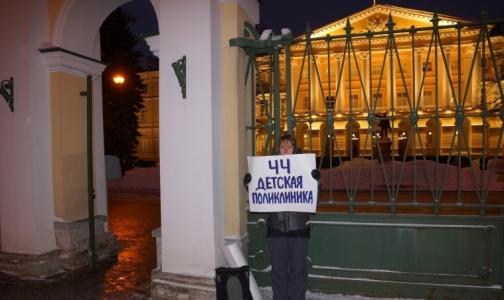 Фото №1 - «Будем надеяться, что нас услышали»: Петербуржцы вышли на пикеты в защиту детской поликлиники