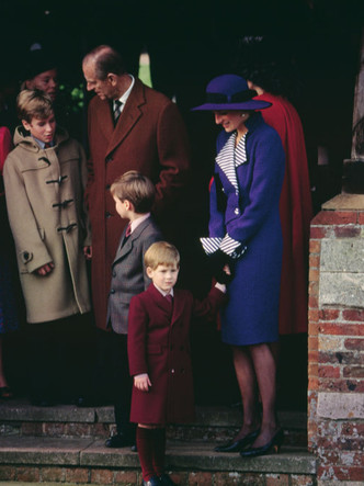 Фото №14 - Самые трогательные фотографии королевских бабушек и дедушек с внуками