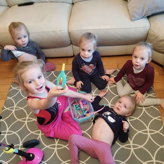 Фото №1 - Как выживает на карантине мама пятерых детей