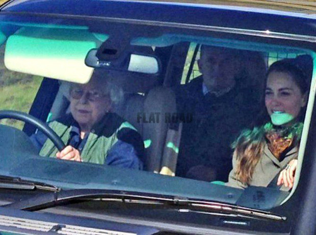 Фото №3 - Крепче за баранку держись, шофер: 90-летняя Елизавета II за рулём