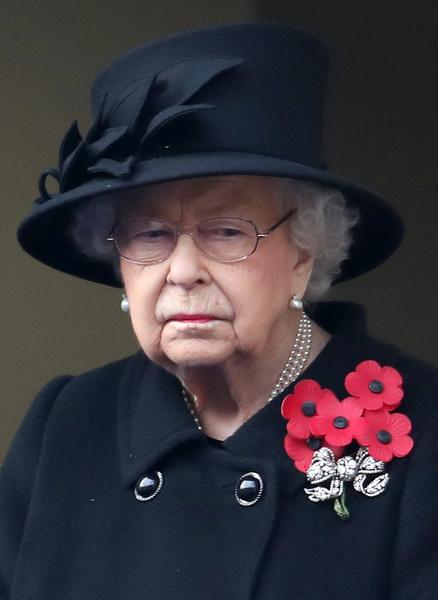 Фото №1 - С улыбкой и в пастели: королева Елизавета вернулась к работе после похорон мужа