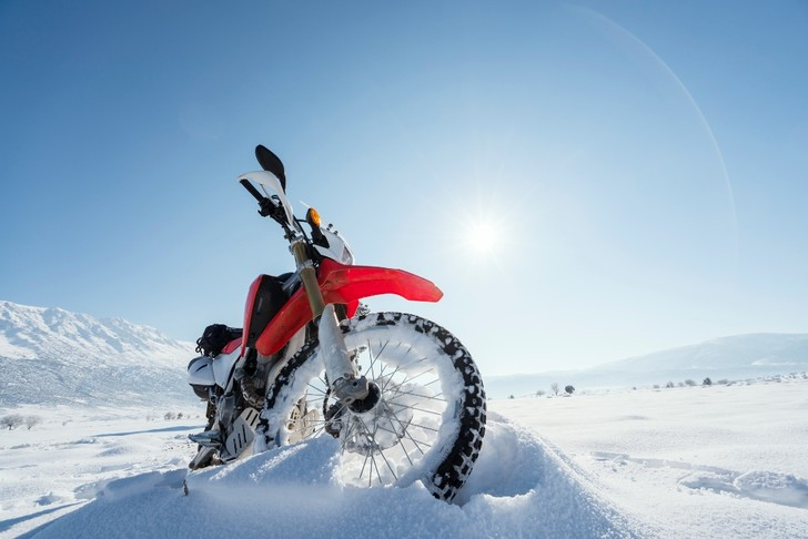 Фото №1 - Гусеницы, саморезы, седло с подогревом: 5 интересных фактов о зимней езде на мотоцикле