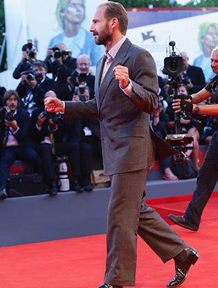 Фото №2 - Райф Файнс станцевал на премьере фильма «Большой всплеск»