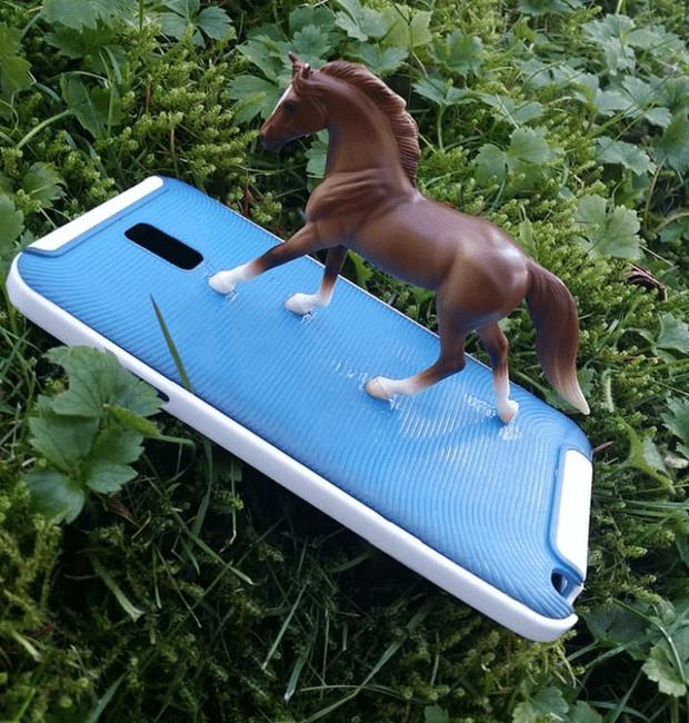 Фото №1 - Девушка украсила чехол телефона лошадью и вскоре обнаружила, что на всех фотографиях теперь лошадиная морда