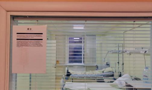 Фото №1 - Петербуржцев с подозрением на коронавирус в Боткинской больнице встречают в противочумном костюме и памяткой на китайском