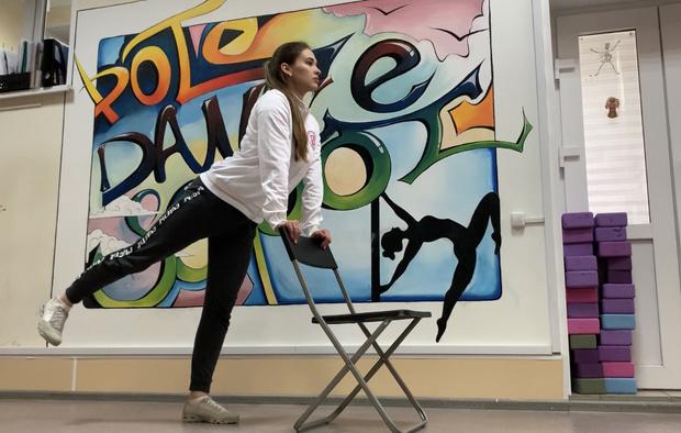 Фото №1 - Фитнес дома: 10 эффективных упражнений со стулом