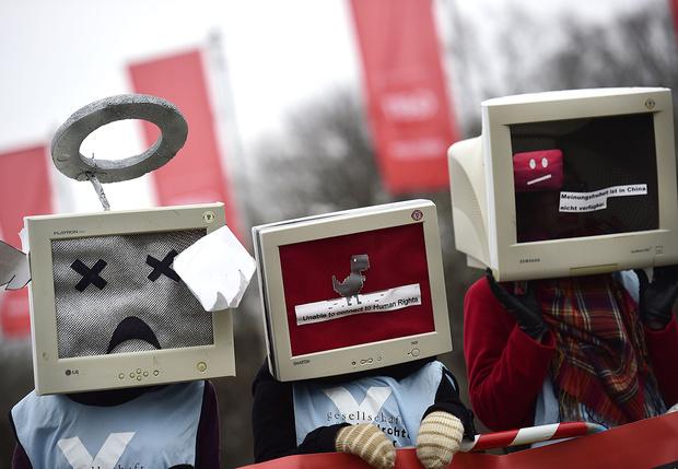 Фото №1 - Самые странные примеры современной цензуры в кино, мультиках и даже эмодзи