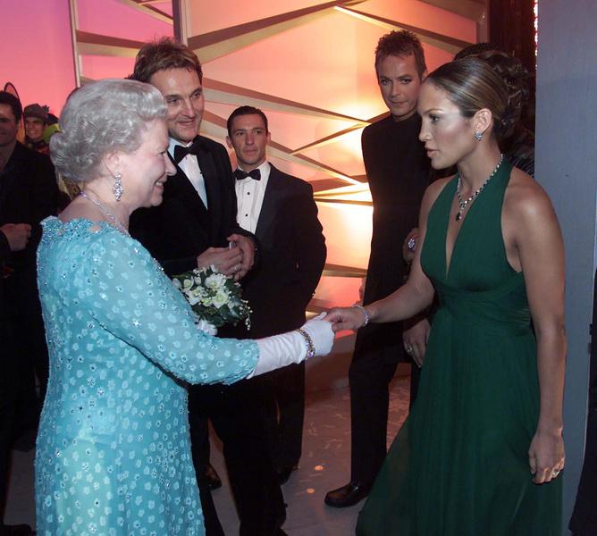 Фото №14 - Как звезды одевались на встречи с Королевой: от гламура Мэрилин Монро до латекса Леди Гаги
