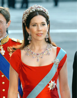 Фото №2 - Камни судьбы: самые роскошные рубиновые тиары королевских семей