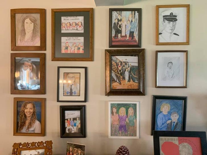 Фото №12 - Дочь каждый день подменяла по одному семейному фото неумелыми рисунками, а родители заметили это только на 11-й день