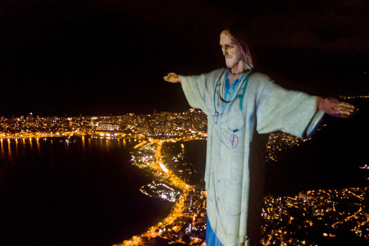 Фото №1 - Статую Христа «одели» в медицинский халат