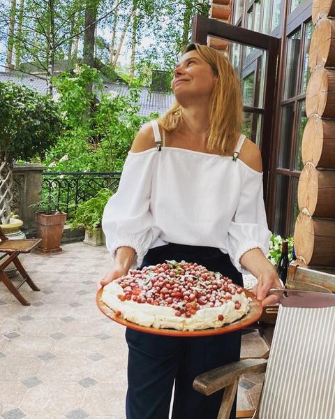 Фото №1 - Тело мечты: 47-летняя Юлия Высоцкая в крошечном бикини