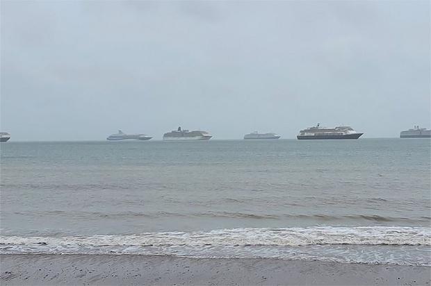 Фото №1 - Посмотри, как безлюдные круизные лайнеры стоят у берегов Британии