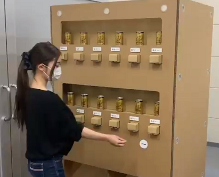 Фото №1 - Японцы сделали вендинговый автомат из картона