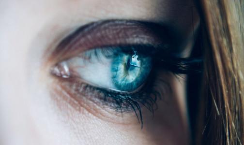 """Фото №1 - Подмигивание или нервный тик? О чем сигналит """"дергающийся глаз"""", объяснил невролог"""