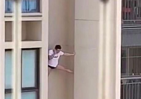Фото №1 - Видео с повисшим на стене небоскреба и разговаривающим по телефону мужчиной стало вирусным