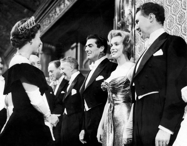 Фото №3 - Как звезды одевались на встречи с Королевой: от гламура Мэрилин Монро до латекса Леди Гаги