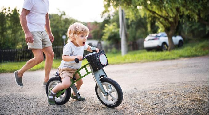 Твердая пища, ползание и велосипед: как эти вещи влияют на развитие ребенка?