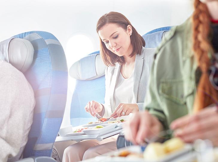 Фото №1 - Едим и летим: какие продукты помогут перенести перелет