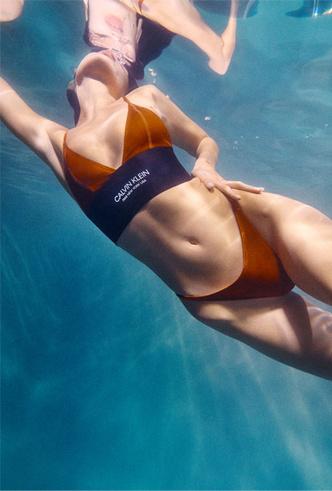 Фото №4 - Отдых у бассейна: 15 красочных купальников Calvin Klein для лета 2020