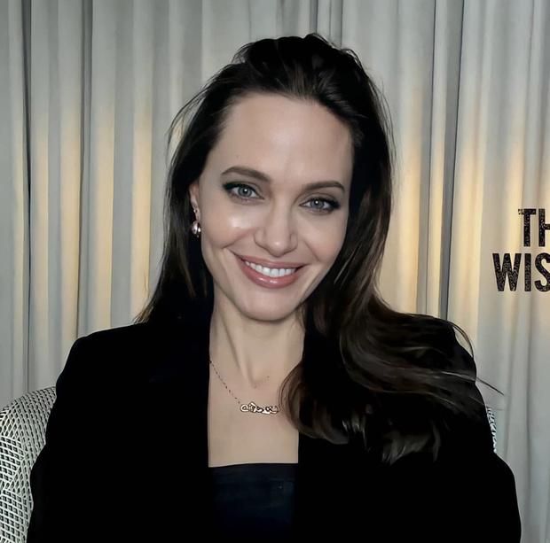 Фото №1 - В черном корсетном платье и с фарфоровой кожей: гламурное появление Анджелины Джоли