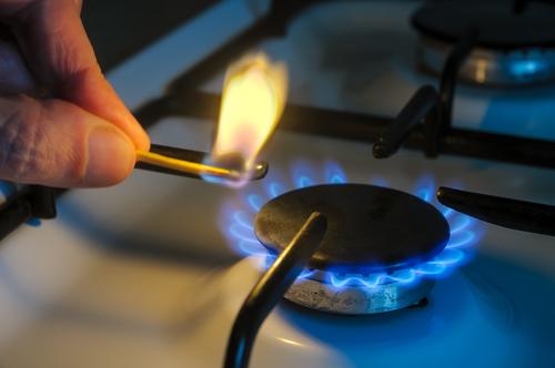 shutterstockЧтобы утечка бытового газа сразу была заметна, в него добавляют одоранты — тиолы, содержащие сероводородную группу (SH). Обычно это этилмеркаптан (C2H5SH) с запахом гнилой капусты. Он ядовит, но «запах газа» ощущается уже при совершенно безопасной его концентрации в воздухе — менее одной части на 100 миллионов.