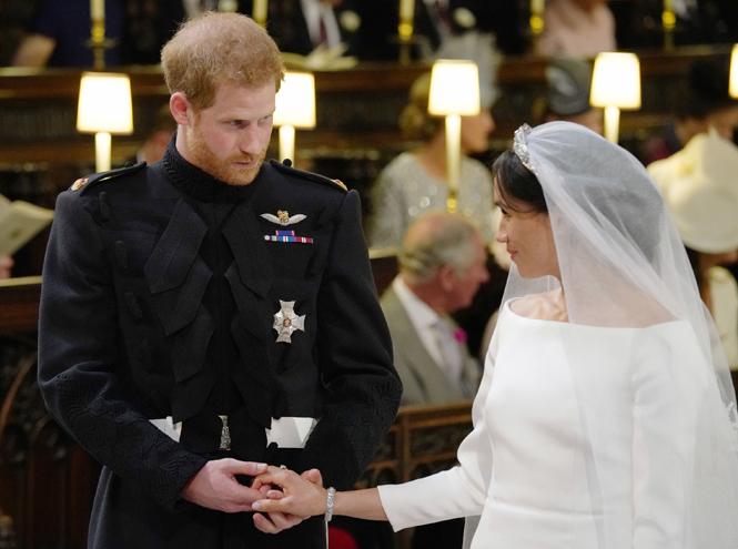 Фото №2 - О чем говорили жесты Гарри и Меган на свадьбе (и о чем пара шепталась)