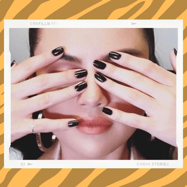Фото №1 - Черный— новый нюд: Селена Гомес показала, как носить темный маникюр этой осенью