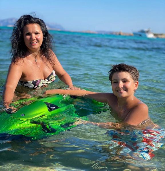 Фото №4 - Королева и принц: Нетребко показала себя с особенным сыном на пляже